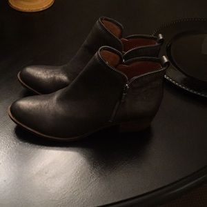 Lucky Brand ankle boot size 10m pewter in color